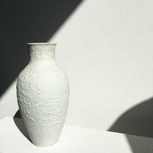 Granulated porcelain vase