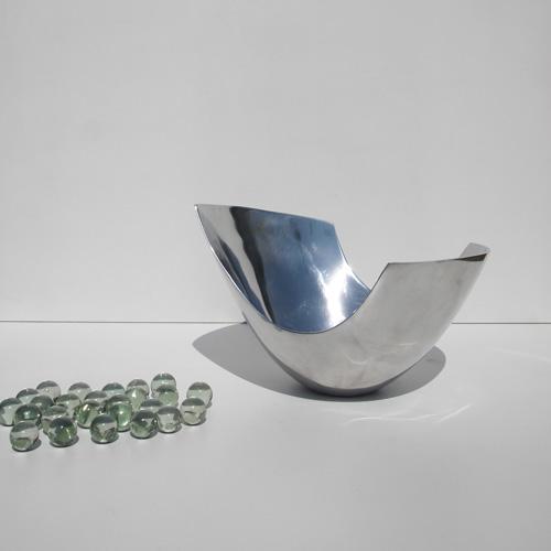 Skulpturelt stålfad